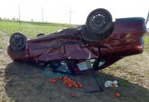 Po zderzeniu na skrzyżowaniu seat wyleciał z drogi i dachował w polu-23641