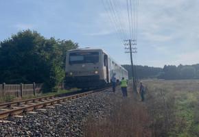 Położył się na torach, przejechał go pociąg, a on doznał kontuzji ręki-23665