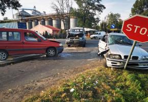 Zderzenie trzech aut na skrzyżowaniu w Osięcinach-23673