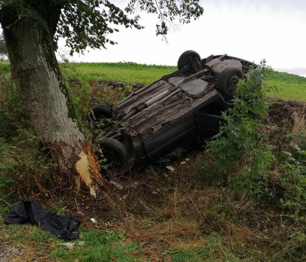 Wyleciał z drogi i uderzył w drzewo. Był pod wpływem-23690