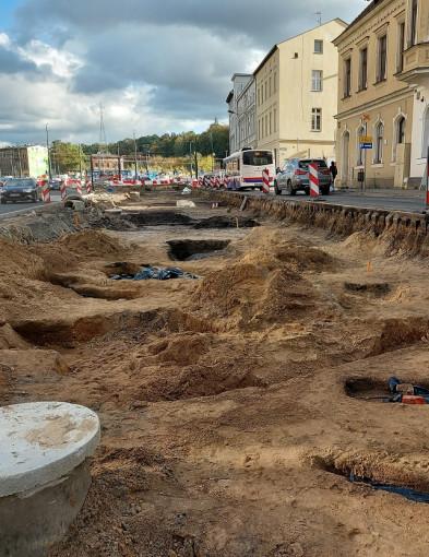 Kilkanaście dziecięcych szkieletów z ozdobami odkryto w pasie zieleni Zbożowego Rynku-23862