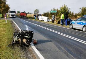 Zderzenie samochodów pod Płowcami. Silnik forda wybiło na kilkadziesiąt metrów-23904