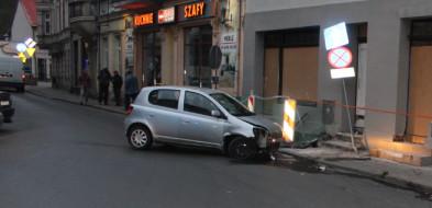 Pijacki rajd samochodem zakończył na murze budynku-24035