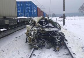 Pociąg zmiażdżył peugeota na przejeździe kolejowym w Dobromierzu-24606