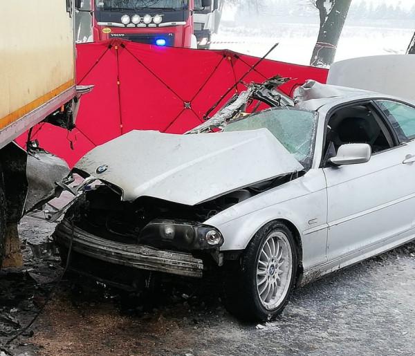 Na zaśnieżonej drodze pojechał zbyt szybko. Zginęła 37-letnia pasażerka BMW-24613