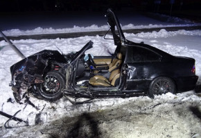 Czołowe zderzenie VW Golfa z BMW pod Inowrocławiem. Dwie osoby ranne-24914