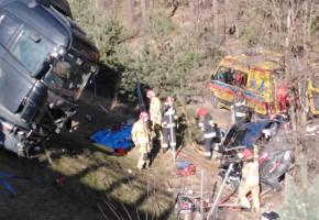 Po zderzeniu 3 aut na S10 kia wypadła z drogi, a scania zawisła na skarpie-25068