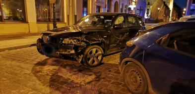 Pijana kobieta rozbiła BMW na ścianie domu towarowego na rynku w Grudziądzu. Po drodze potrąciła 5 samochodów-25342