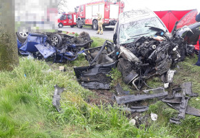 Tragiczne w skutkach czołowe zderzenie audi z seatem. Dwie osoby zginęły...-25710