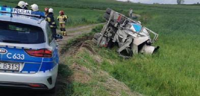 Wywrócił ciężarówkę z betoniarką na polnej drodze...-25817