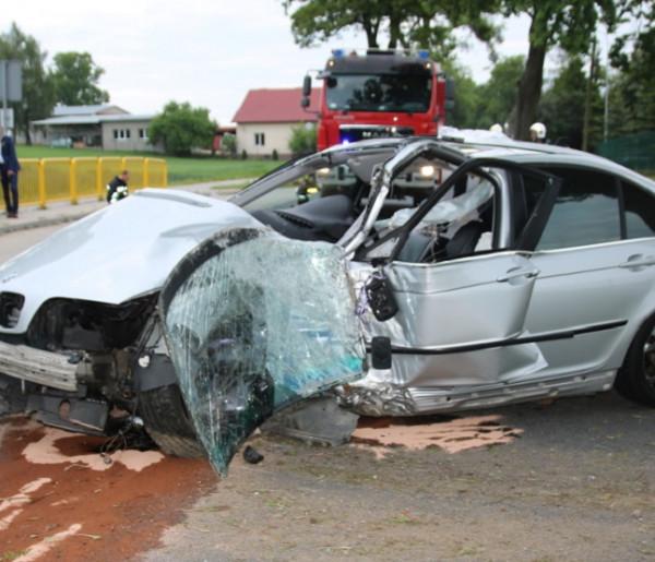 20-latka jechała BMW zbyt szybko. Aż uderzyła w drzewo-25881