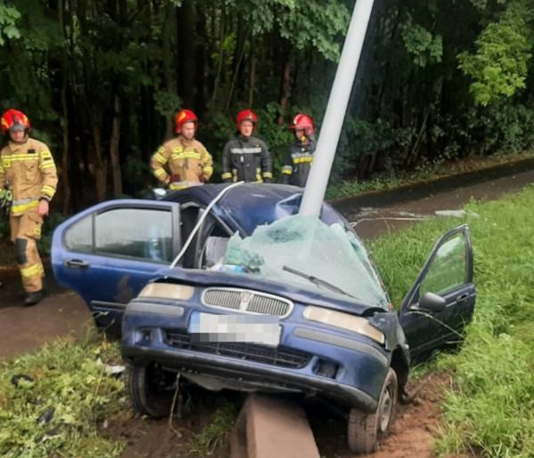 Słup przeciął samochód niemal na pół, ale kierowca okazał się twardzielem-26238