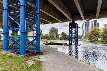 Podparcie pod mostem podmywa Brda-8999